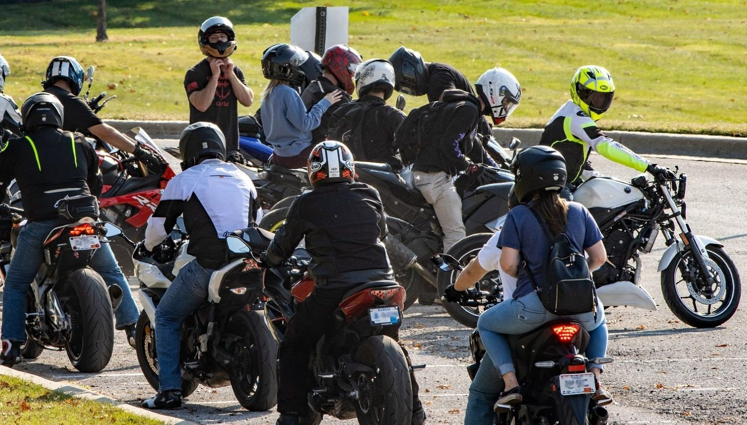Read more about the article Motorcycle Group Riding Hand Signals
