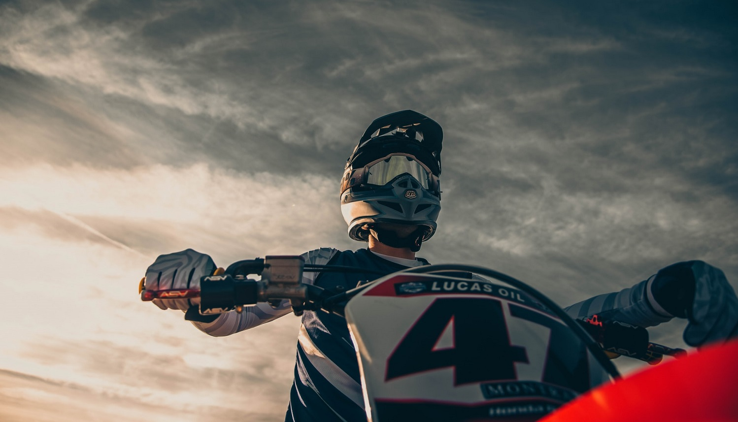 Read more about the article How to Choose the Best Motocross Motorcycle as a Beginner
